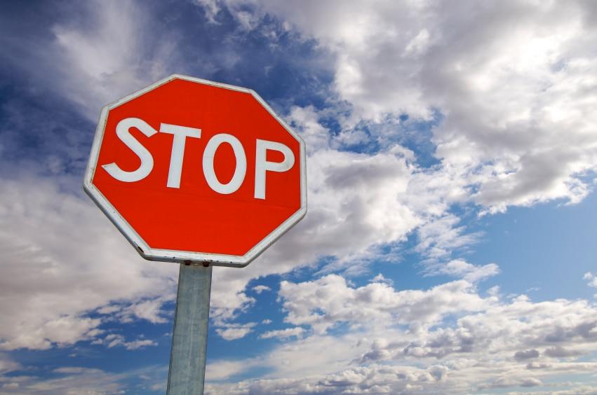 Das Stoppschild gehört in die Kategorie der Vorfahrtsschilder.