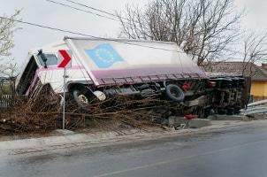 Nach einem Verkehrsunfall müssen Sie auf den Besitzer des anderen Fahrzeuges warten oder die Polizei rufen.