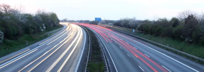 Eine Autobahn besteht u. a. aus zwei Fahrbahnen und einem Mittelstreifen.