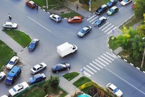 Möchten zwei Fahrzeuge links abbiegen, besagt die StVO, dass diese voreinander abbiegen müssen.