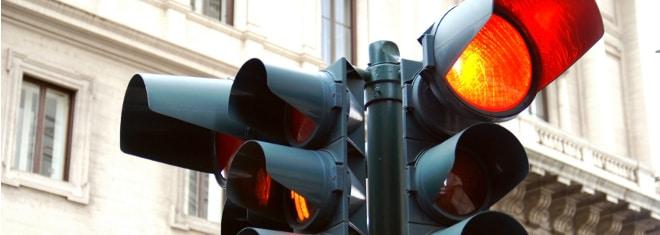 Eine rote Ampel zu überfahren, bringt meist Punkte in Flensburg mit sich.
