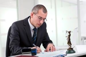 Den Bußgeldbescheid zu ignorieren, hat Folgen, die oft nur ein Anwalt beheben kann.