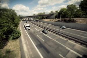 Blitzer an der Autobahn sind meist fest installiert.