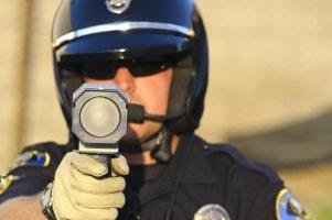 Die sogenannte Laserpistole ist ein gängiges Geschwindigkeitsmessgerät.