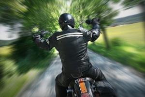 Hat Sie ein mobiler Blitzer auf dem Motorrad erwischt? Die Identifizierung gestaltet sich oft schwierig.