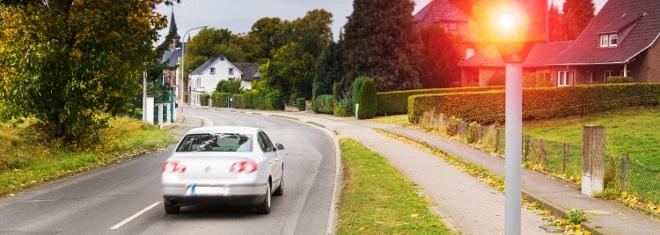 Feste Blitzer können auf Autobahn, Landstraße oder innerhalb einer Ortschaft lauern.