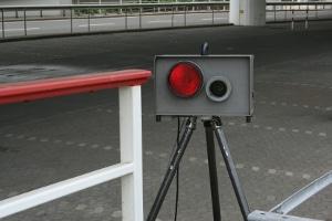 Das Aufstellen einer Blitzer-Attrappe gilt normalerweise nicht als gefährlicher Eingriff in den Straßenverkehr.