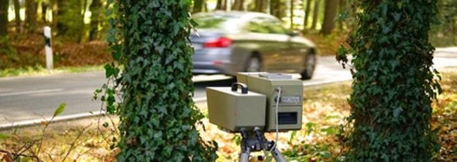 Das bekannteste Gerät zur Verkehrsüberwachung ist der Blitzer. Häufig wird das Gerät am Straßenrand aufgebaut.