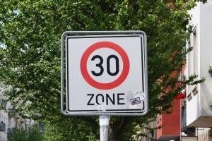 Blitzer: Beim Aufstellen muss ein bestimmter Abstand zu Geschwindigkeitsschildern eingehalten werden.