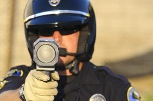 Die Laserpistole sendet Lichtimpulse zur Geschwindigkeitsmessung aus.