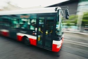 Seitenabstand beim Linienbus: Sie dürfen nicht überholen, wenn dieser den Warnblinker an hat und Haltestellen anfährt oder von diesen abfährt.