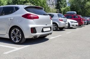 Der Seitenabstand beim Parken ist gesetzlich nicht definiert. Es sollten jedoch für problemloses Ein- und Aussteigen 70 cm sein.