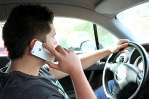 Legen Sie das Handy während der Fahrt nicht aus der Hand, begehen Sie einen A-Verstoß.
