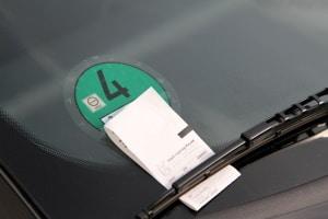 Nicht nur der Abschleppdienst verursacht Kosten. Falschparken zieht oft auch ein Knöllchen nach sich.