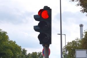 Mithilfe von einem Ampelblitzer lässt sich ein Rotlichtverstoß mit dem Lkw nachweisen.