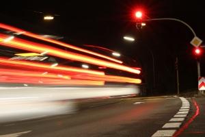 In der Regel blitzen Ampelblitzer bei einem Rotlichtverstoß zweimal.