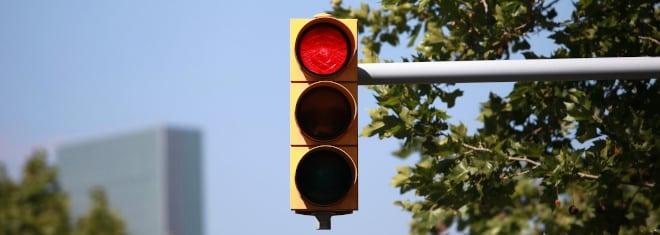 Sie wurden an einer roten Ampel geblitzt? Über die Folgen informieren wir Sie hier.