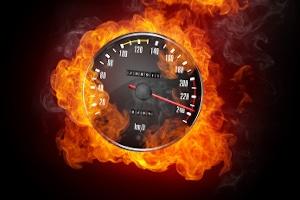 Überschreiten Sie auf einer Bundesstraße die Höchstgeschwindigkeit, können Bußgelder, Punkte und Fahrverbote drohen.