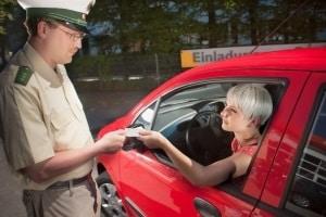 Bei einem Fahrverbot ist der Führerschein zwar erstmal weg, allerdings nur für maximal 3 Monate.