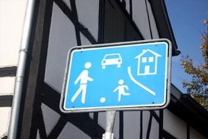 Erlaubte Geschwindigkeit: Ein verkehrsberuhigter Bereich dient dazu, den Verkehr zu entschleunigen. Deshalb gilt hier Schrittgeschwindigkeit.