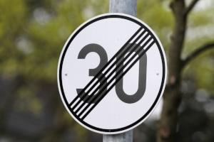 Wann wird eine Geschwindigkeitsbegrenzung aufgehoben? Dieses Schild kann mitunter dafür sorgen.