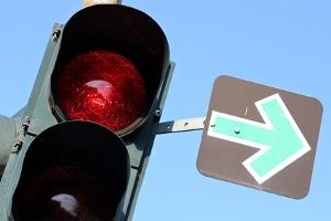 Befindet sich ein grüner Pfeil an einer Ampel, können Sie in der Regel auch bei Rot rechts abbiegen.