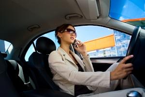 Handy am Steuer: Wenn ein Fahrverbot verhängt wird, dauert dieses in der Regel einen Monat.