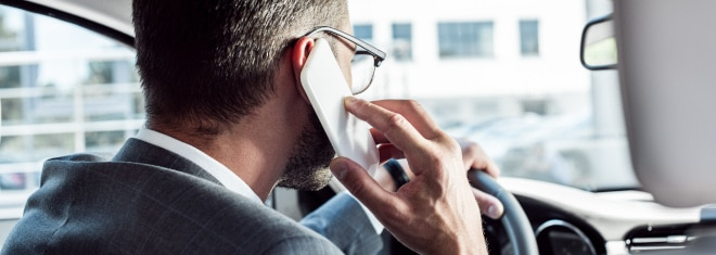 Wird bei der Nutzung vom Handy am Steuer ein Fahrverbot fällig?