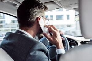 Verursachen Sie wegen der Nutzung vom Handy am Steuer einen Unfall, kann Ihnen Fahrlässigkeit vorgeworfen werden.