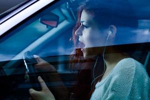 Kopfhörer sind beim Autofahren laut StVO nicht generell verboten.