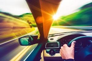 Auf einer Kraftfahrstraße gilt eine Höchstgeschwindigkeit von 100 km/h für Pkw.