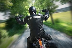 Um Motorradfahrer bei Tempoverstößen zu erwischen, knipsen Blitzer häufiger von hinten.