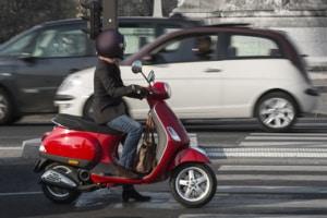 Besitzer der Führerscheinklasse AM dürfen mit dem Motorroller fahren.