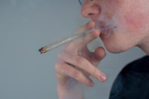 Bei einer MPU wegen Drogen oder Alkohol wird meist ein Abstinenznachweis verlangt.