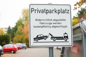 Um Autos von einem Privatparkplatz abschleppen zu lassen, muss der Parkplatzbesitzer aktiv werden.