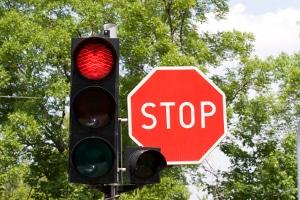 Qualifizierter Rotlichtverstoß: Neben einem Fahrverbot drohen noch weitere Folgen.