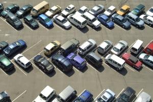 Wer die Regeln auf einem Privatparkplatz missachtet, dem kann eine Vertragsstrafe drohen.