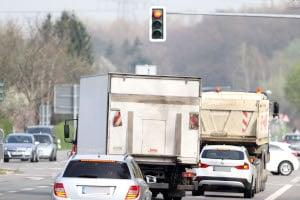 Ein Rotlichtverstoß mit dem Lkw wird genauso streng geahndet, wie ein solcher mit einem Pkw.