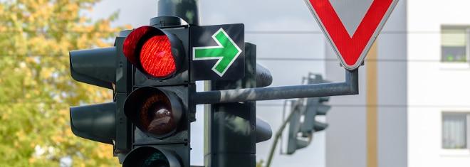 Es gelten spezielle Verkehrsregeln, wenn ein grüner Pfeil an der Ampel angebracht ist.