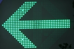 Ist der Pfeil Teil der Ampel, finden andere Regeln Anwendung, als wenn sich auf einem Verkehrszeichen ein grüner Pfeil befindet.