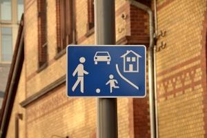 Welche Fahrzeuge dürfen hier nur mit Schrittgeschwindigkeit unterwegs sein?